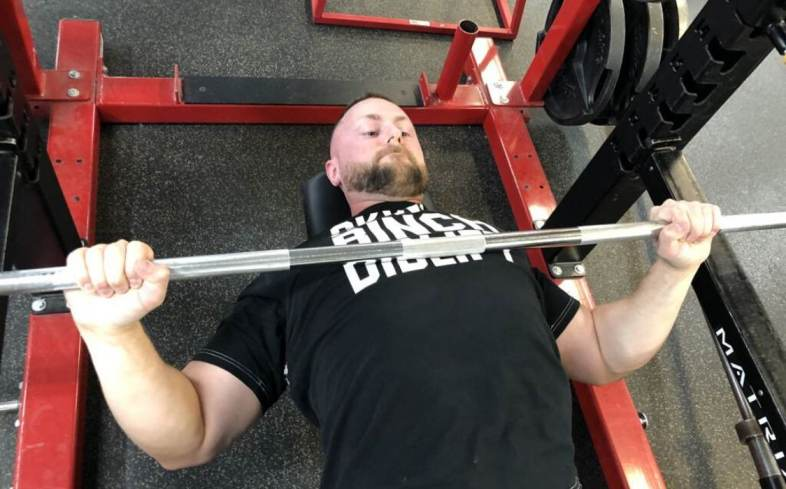 tempo differences between the powerlifting and bodybuilding style bench press