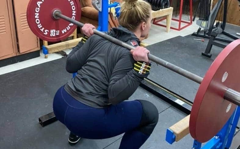 can you do a thumbless squat grip in a powerlifting competition