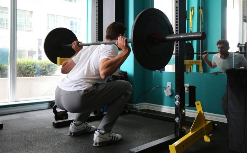the average squat strength for male and female 18 year olds
