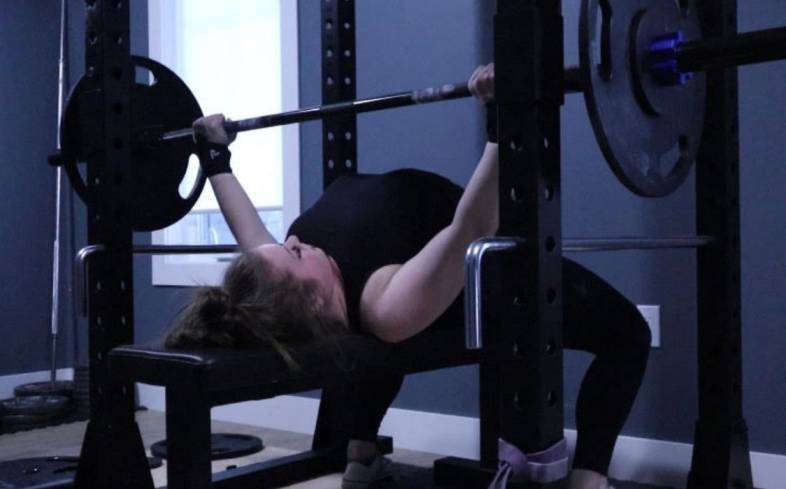 what is the average bench press for an 18 year old