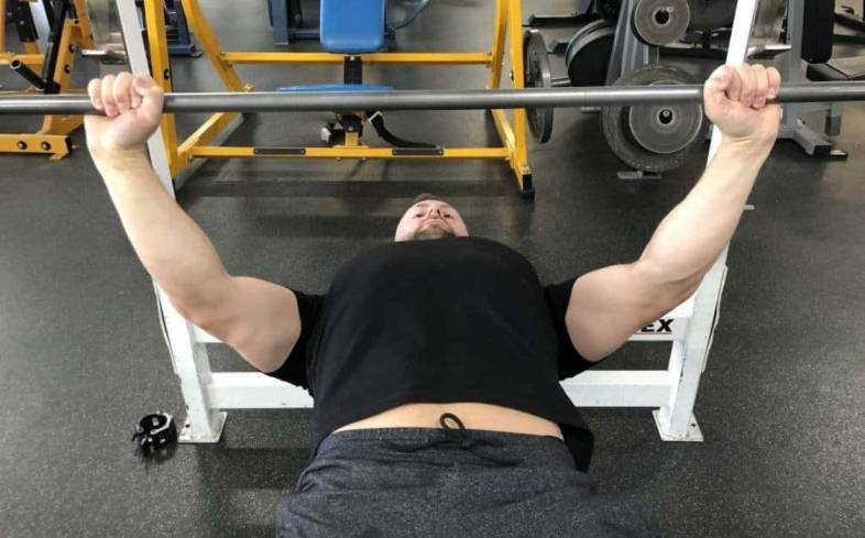 to feel the pecs more in the bench press we should use a wider grip